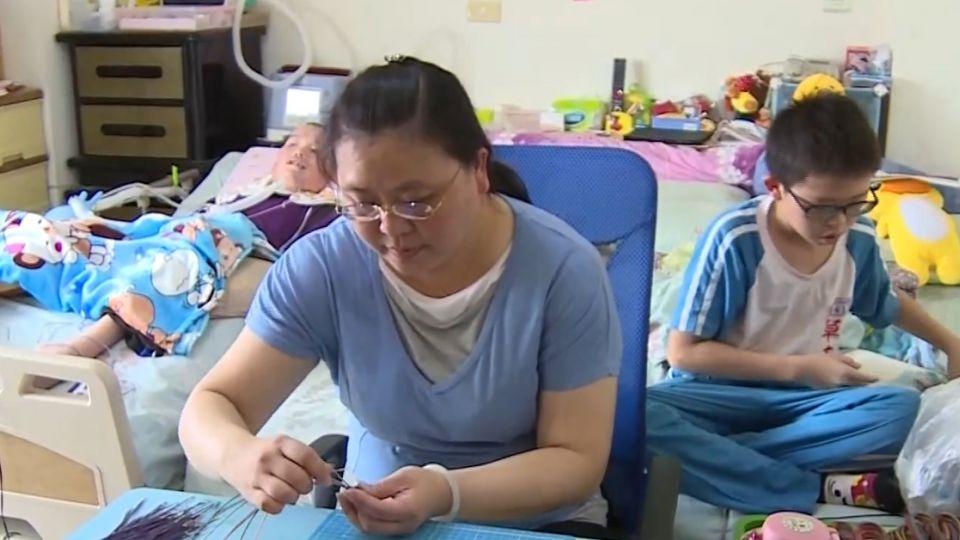 有父母陪伴就幸福 小五童照顧漸凍父6年不喊苦