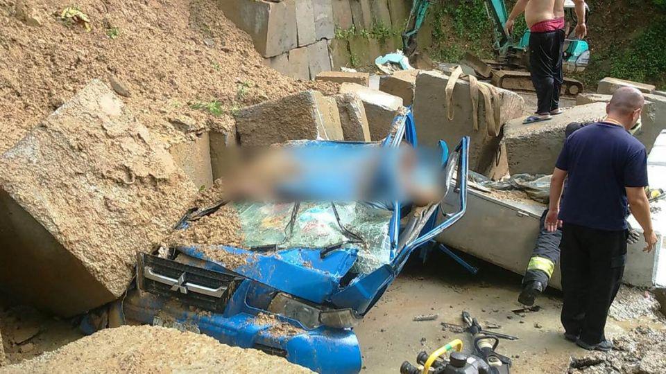 三峽落石狠砸貨車 3人受困、2人無意識