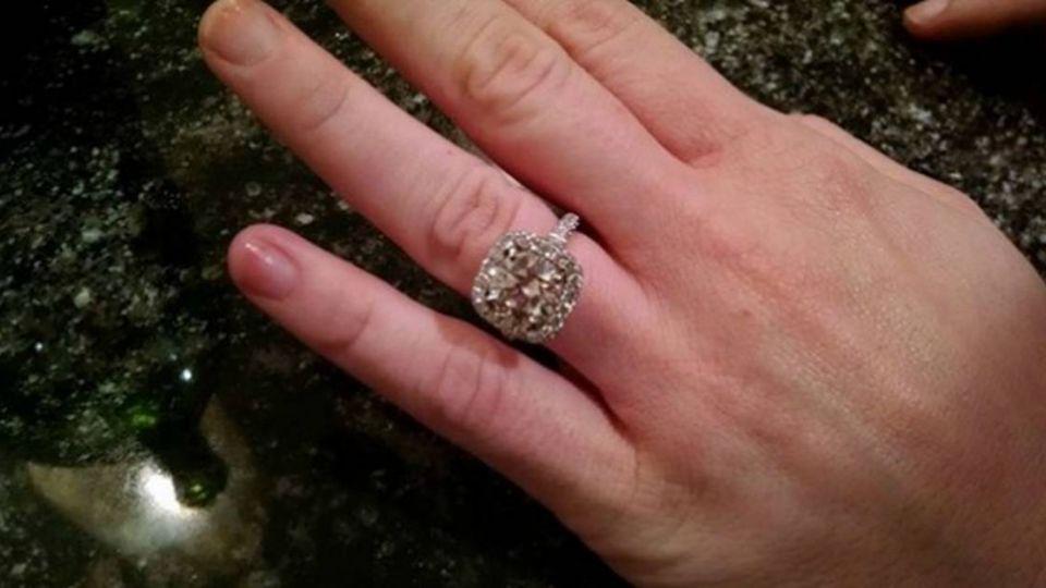 只因趕搭車 她痛失百萬訂婚鑽戒 !
