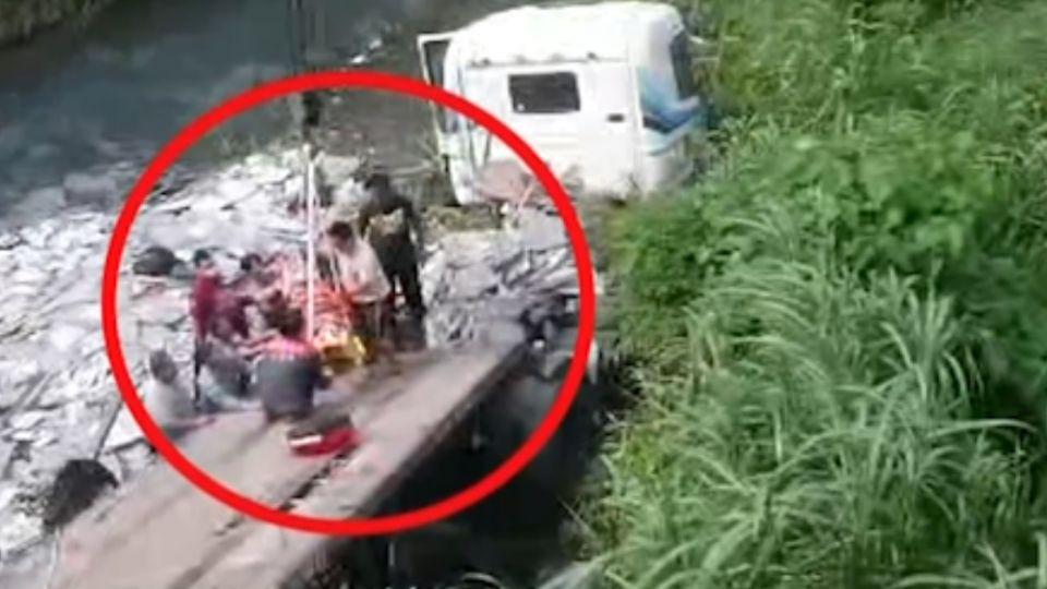 聯結車摔落南迴溪谷 一家三口幸運獲救