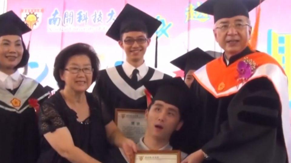 感人畢典!母兄一路伴讀 腦萎生大學畢業
