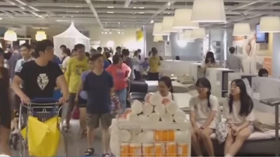 太熱了!民眾擠進家具賣場 睡覺、滑手機