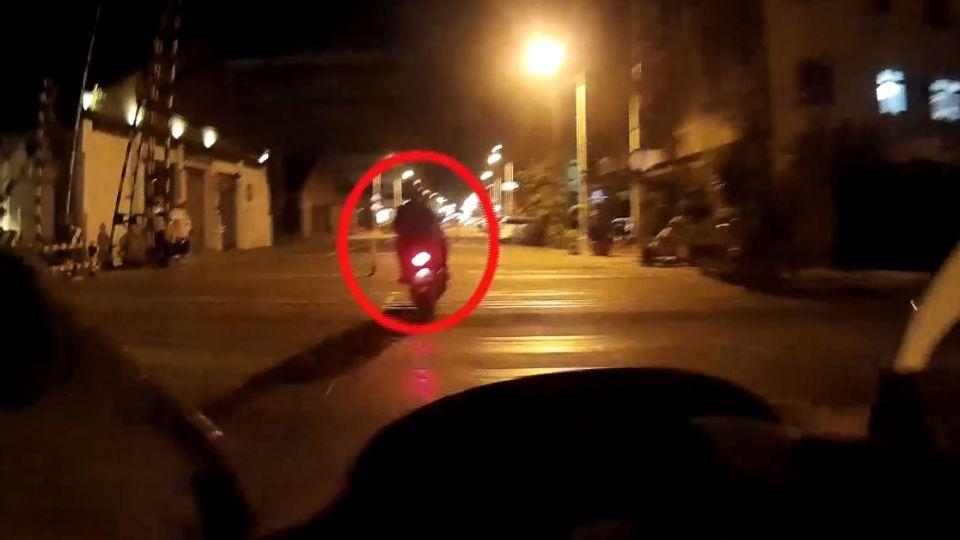 闖紅燈撞警車 16歲少年吃9罰單近10萬元