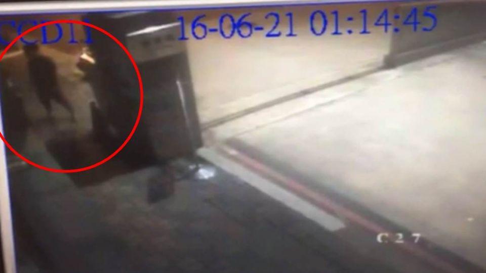 【影片】45秒畫面曝光!小客車時速破百撞高捷局 2人拋飛