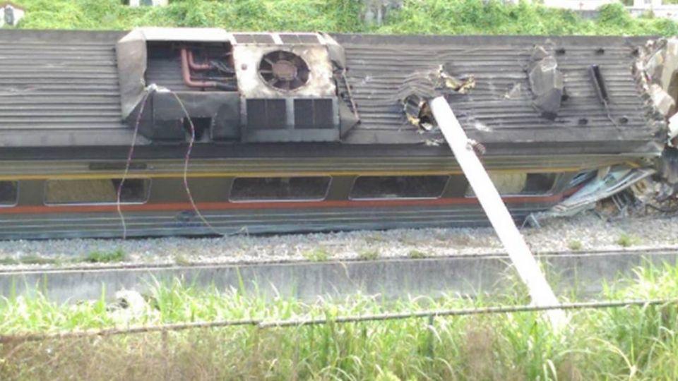 台鐵傳自強號翻覆!電線桿倒插車廂 2人受傷