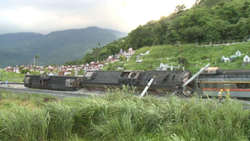 台鐵花蓮段自強號出軌翻覆2傷 23日午搶通
