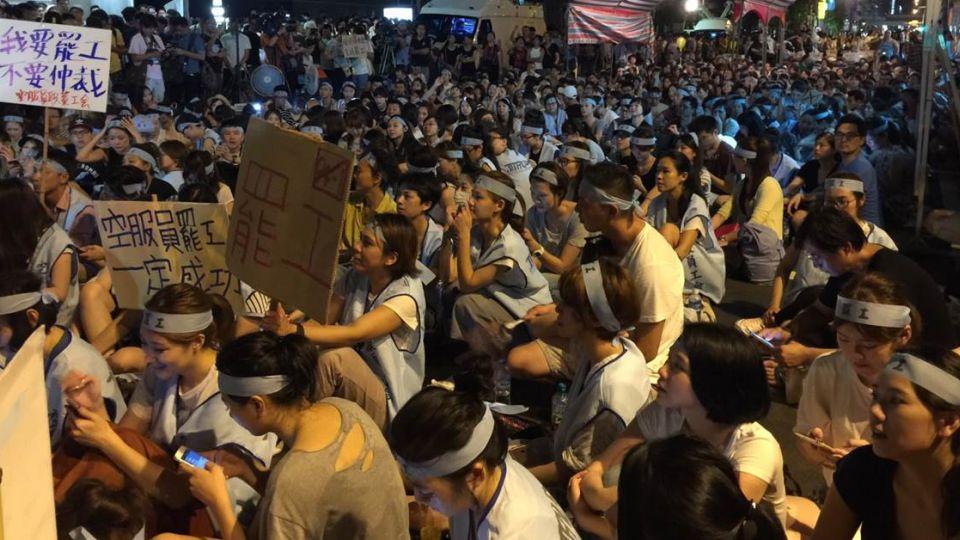 華航空姐回收千份護照、證件 正式宣布「罷工不再飛」