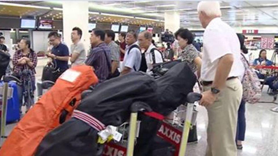 【影片】沒機搭!華航今班機全停飛 乘客怨.櫃檯湧退票潮