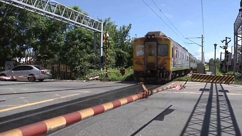 叮叮叮! 火車通過平交道 柵欄突升起 駭人!