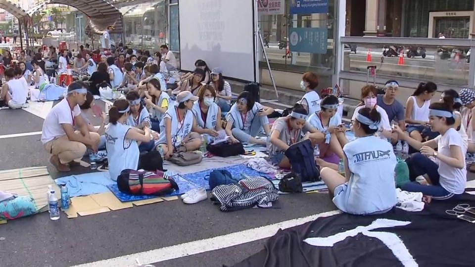 繳護照示決心!百名華航空服員靜坐 抗爭到底