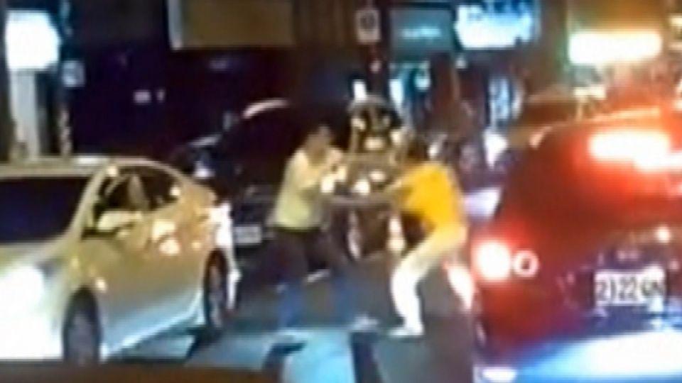「吃我一記直拳」 兩男大馬路上開戰互毆