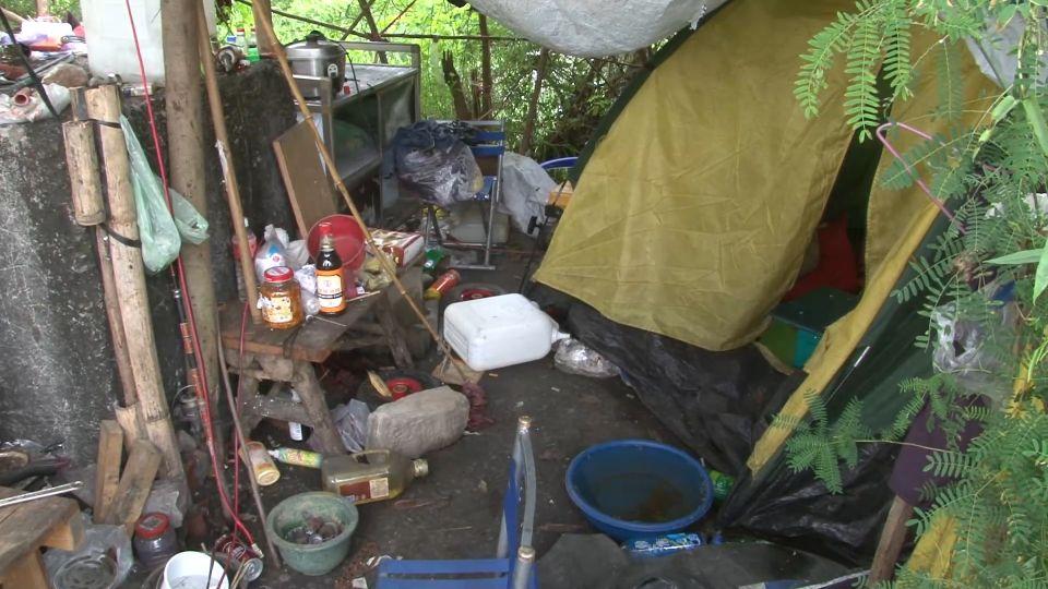 通緝犯「搭帳篷」躲溪邊 竊電吹扇、電鍋煮飯