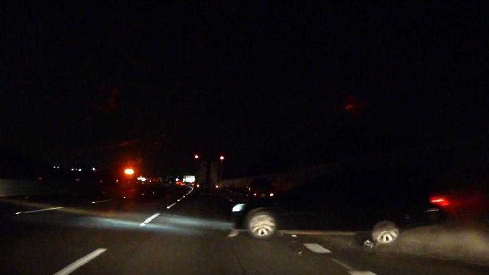 好狂!國道驚見「攔路飛車」 咻!看不出是車