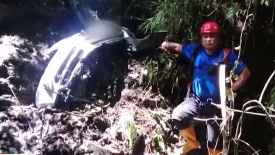 疑閃避對向車 休旅車墜200米深谷 駕駛亡