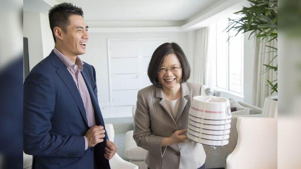 蔡總統、陳偉殷邁阿密會面 互送「大禮」笑開懷