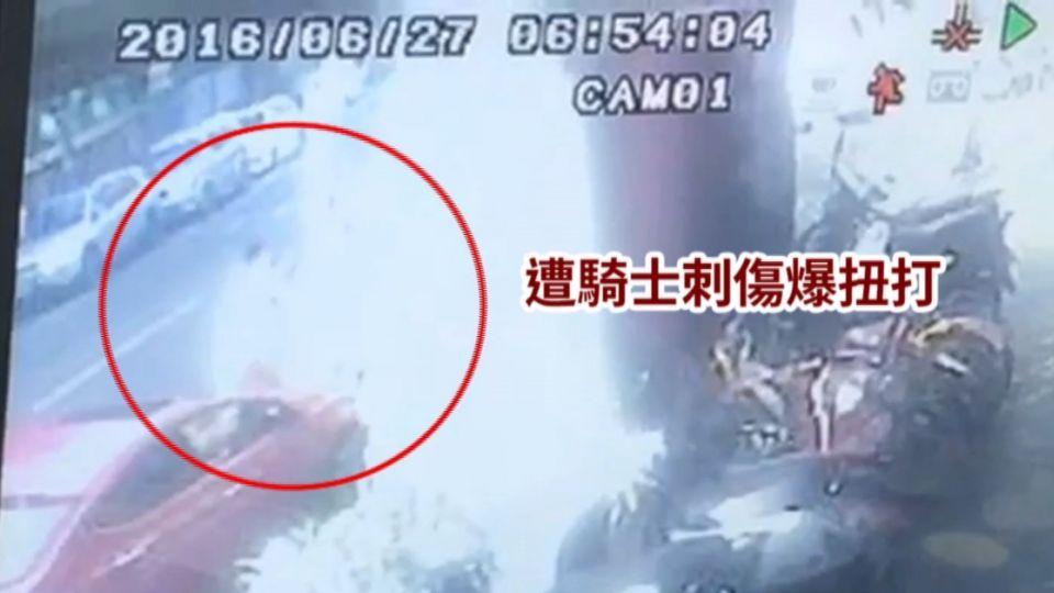 機車停汽車格爆衝突 亮刀砍人嗆「給你死」
