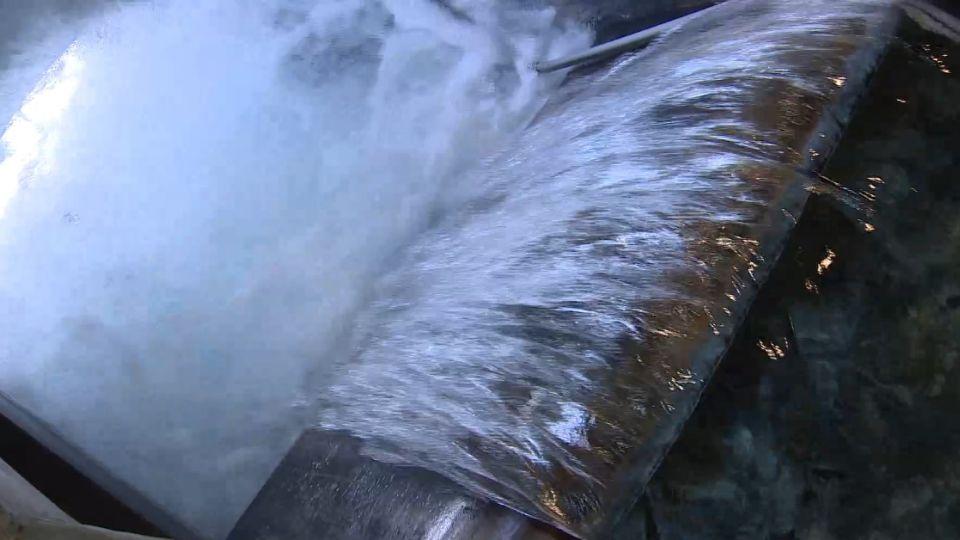 水龍頭流出「藍寶石」礦泉水 親友常來「討水喝」