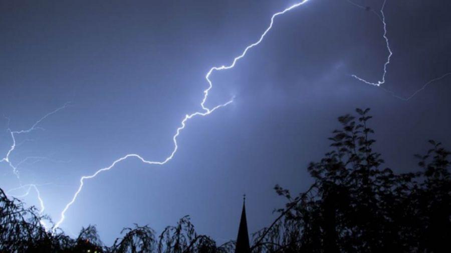 午後一場大雷雨 內湖洗窗工遭雷擊送醫
