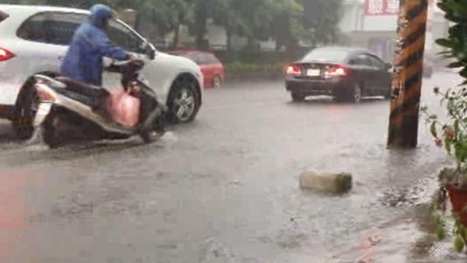 超猛大雷雨!桃園淹水、混泥車困沙洲、工人遭雷擊...
