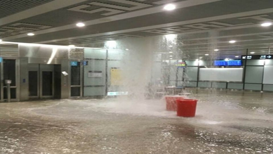 桃園機場屋頂大水狂瀉!網友譏:天然按摩水柱?