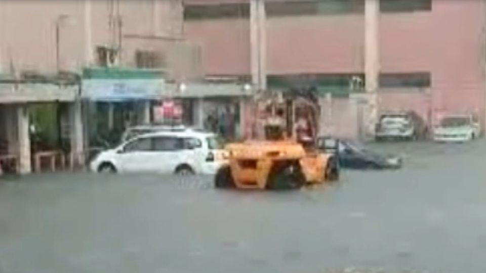 大雨釀災!桃機內外大淹水 出動堆高機搶救車輛