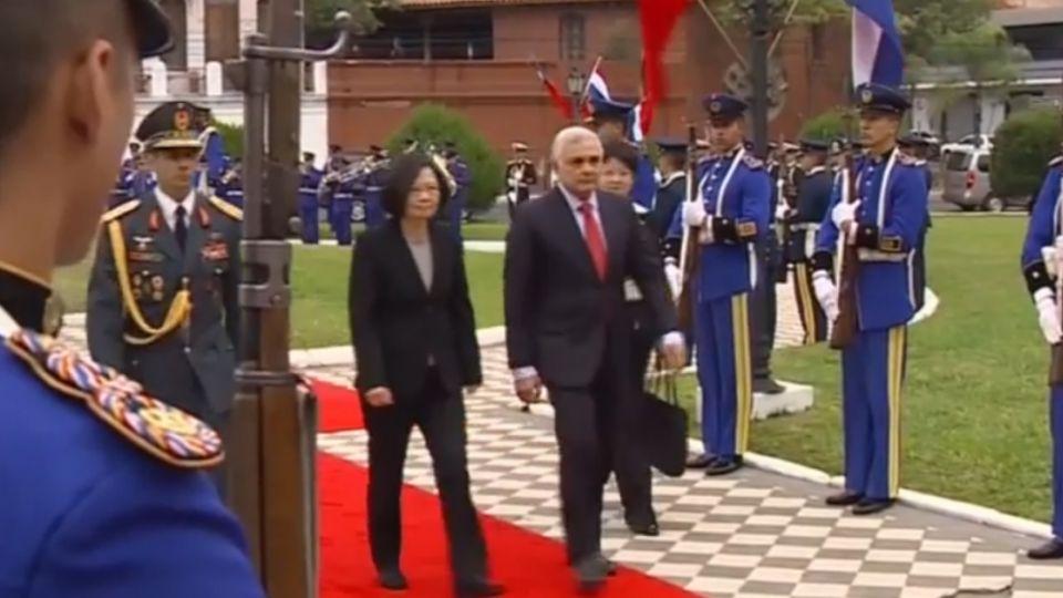 蔡總統接受巴拉圭總統贈勳 勳章不聽話數度滑落