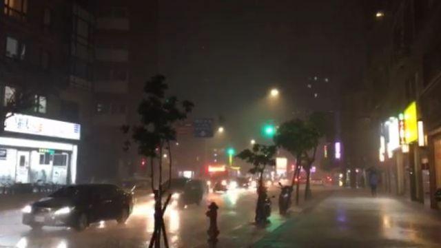 【影片】過馬路10秒全身溼!中部以北大雷雨持續1小時