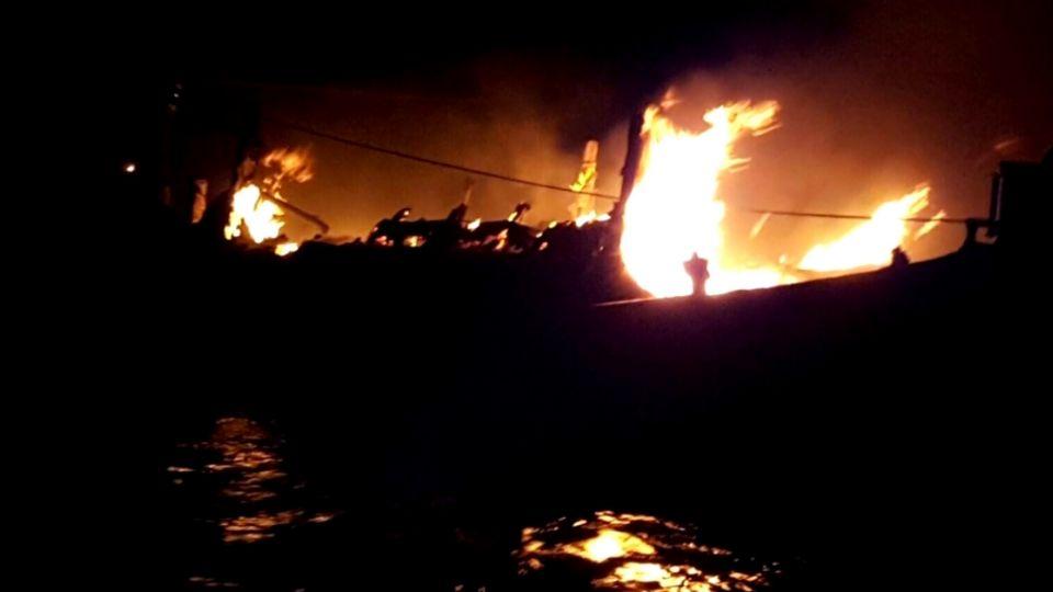 台中港火燒船 海巡署三艘船艇搶救
