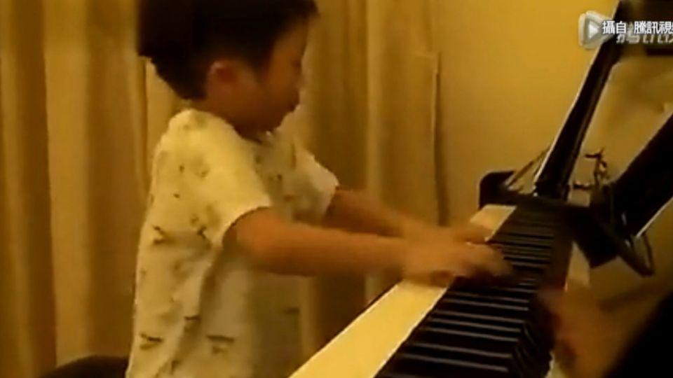 網傳四歲大陸小男童 鋼琴絕技驚人暴紅