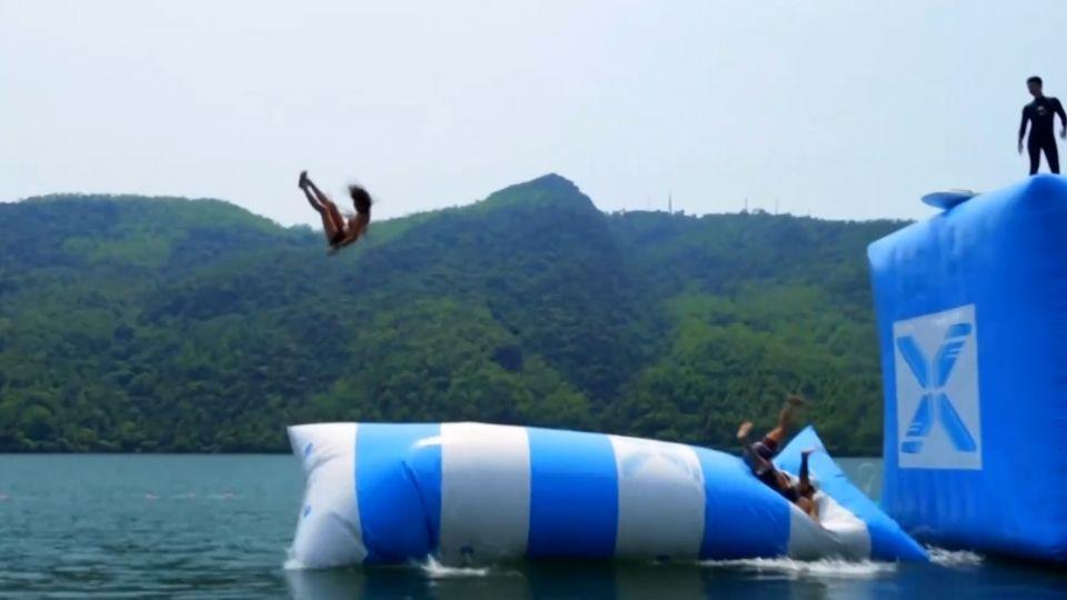 一秒被彈飛! 消暑新玩法「水上彈跳」高雄登場