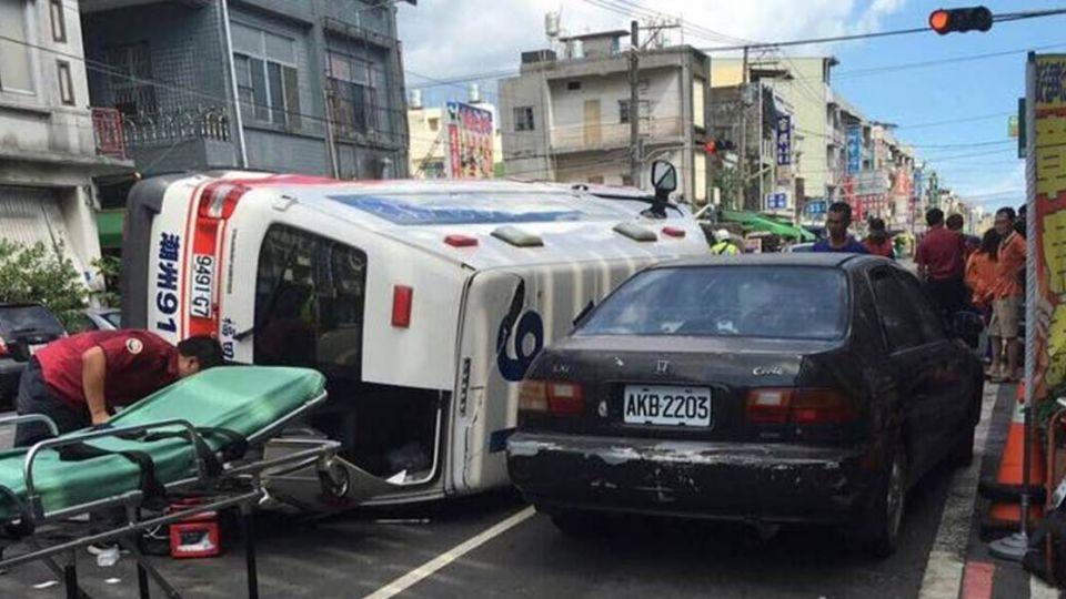 救護車載30週孕婦慘翻覆 醫院剖腹救回男嬰