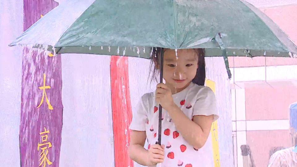 體驗「超大豪雨」 雨衣、雨傘沒用「秒濕」