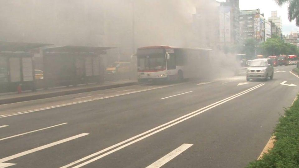 濃煙瀰漫西門町 公車冒煙 13乘客驚魂逃