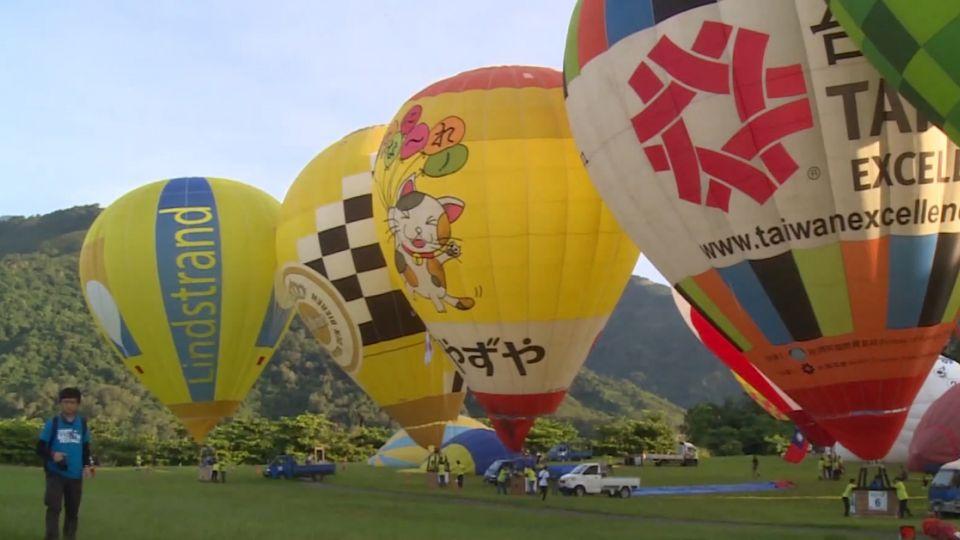 鹿野高台33顆熱氣球齊飛 民眾:美呆了