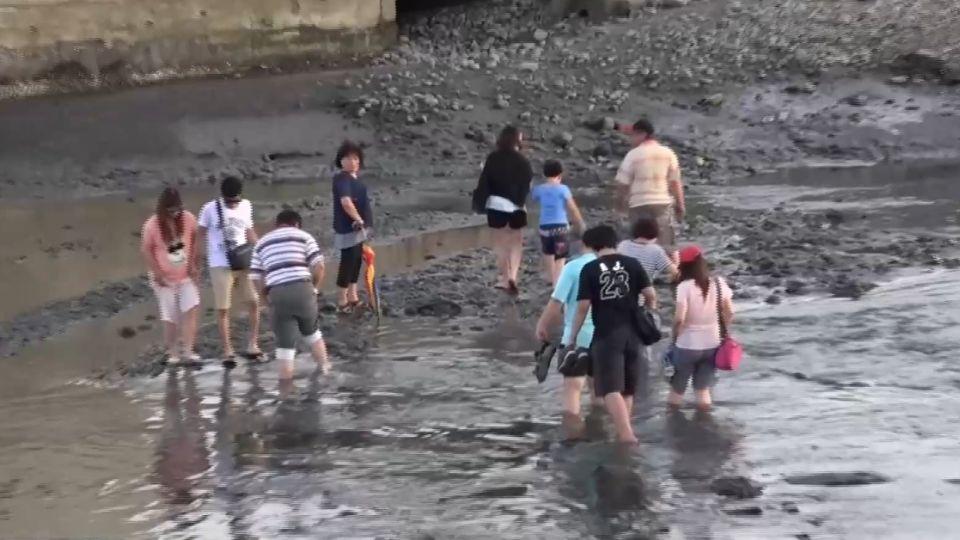 沙雕展停車亂象多 民眾危險涉水渡溪