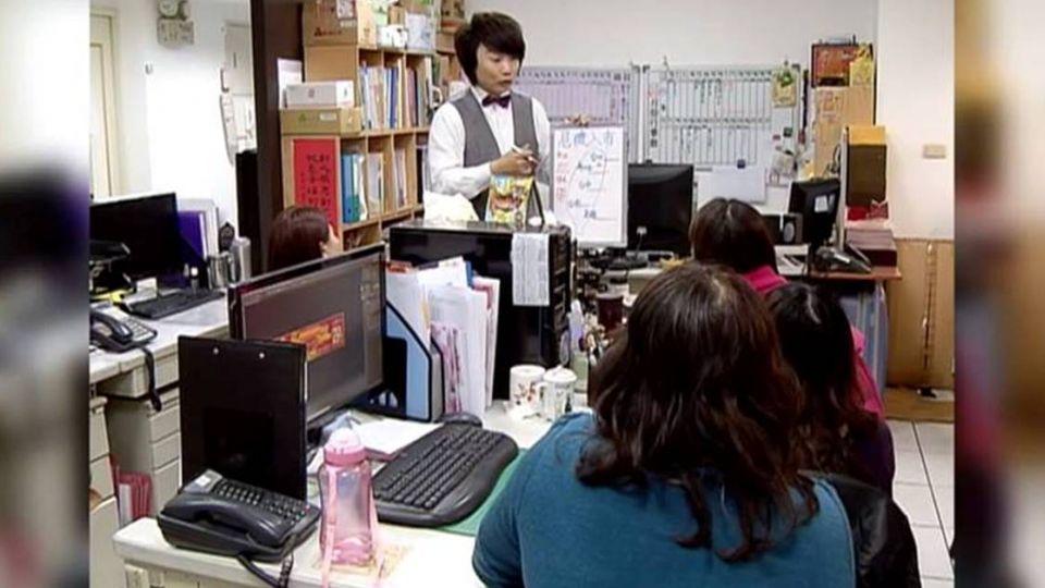 【影片】爆不完!秦偉玩「國王遊戲」 竟對臉書好友「硬上弓」