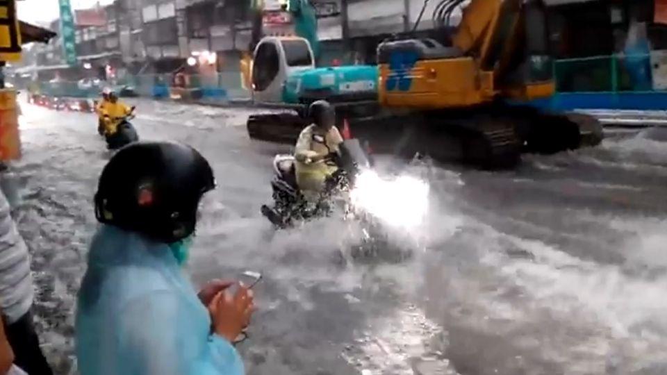 像倒水桶!台中暴雨釀災 馬路淹水變成河