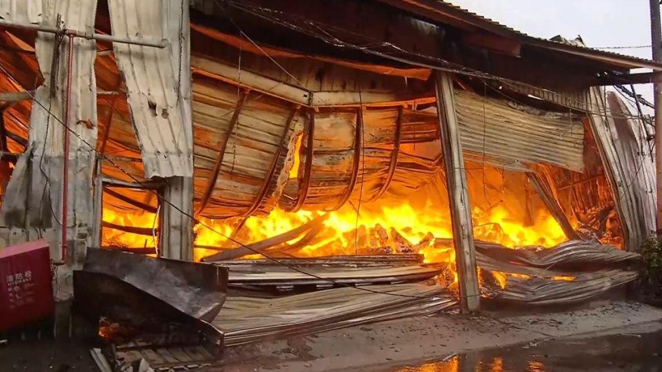 工廠堆易燃物延燒快 短時間波及一整排