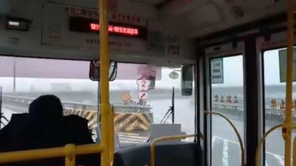 危險!錯過高速公路匝道口 客運竟「倒退嚕」