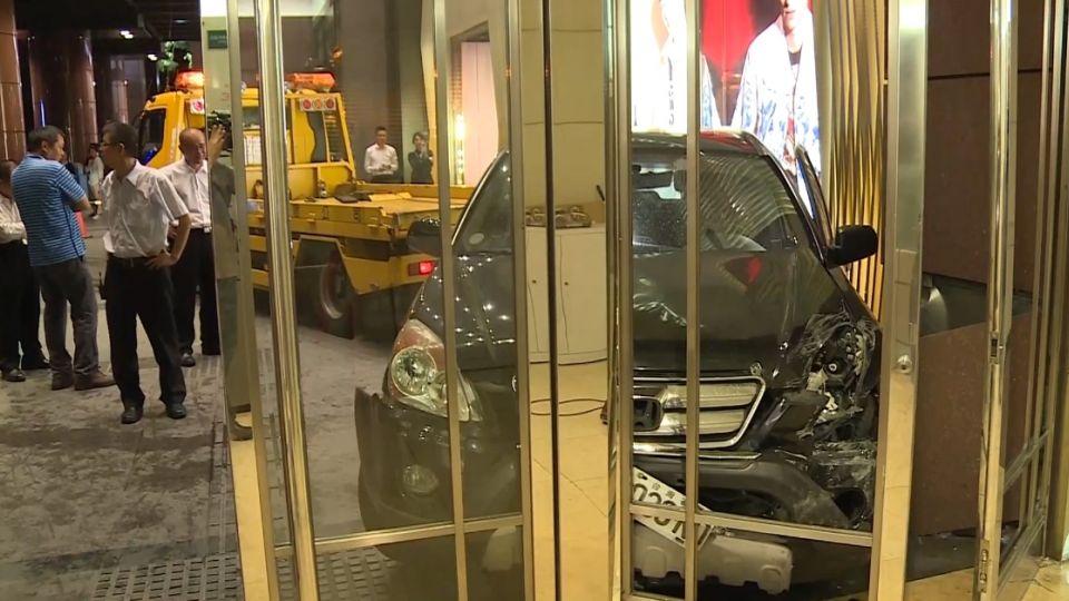 油門踏板沒反彈! 休旅車暴衝撞超跑 再撞百貨後門