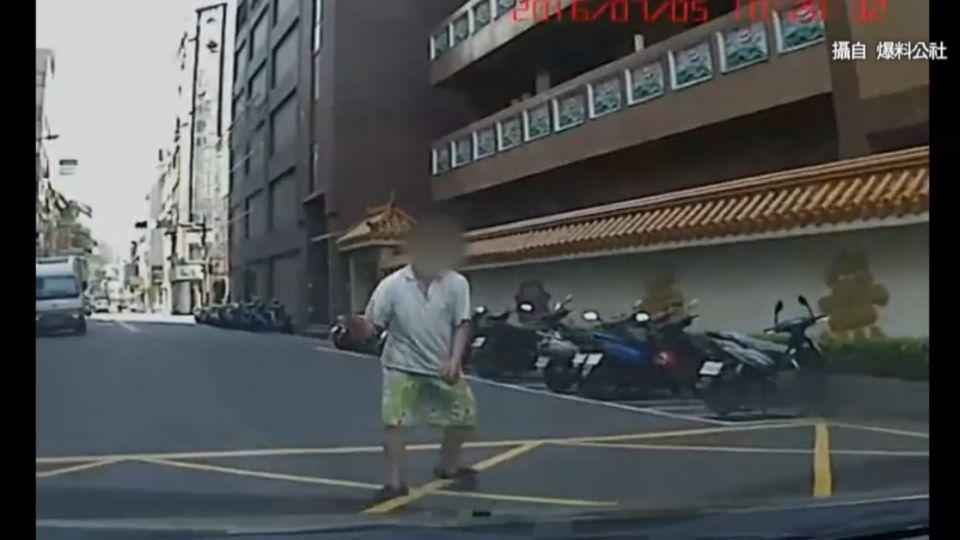「螃蟹哥」暴衝車前 「沒撞上失望」遭疑假車禍