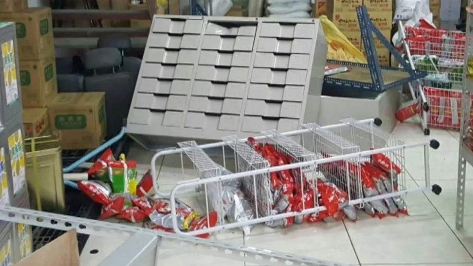 為了一張按摩椅! 不滿母被打 撂20人砸食品行