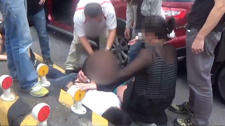 驚險! 警緝毒 當街包夾嫌犯車輛、擊破車窗