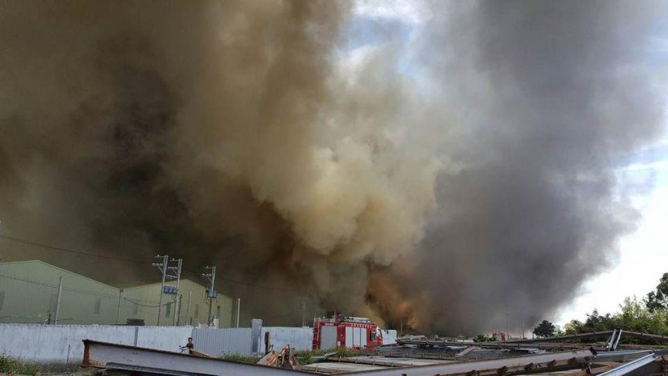 林口鐵皮工廠大火 一工人臉手6%燒燙傷