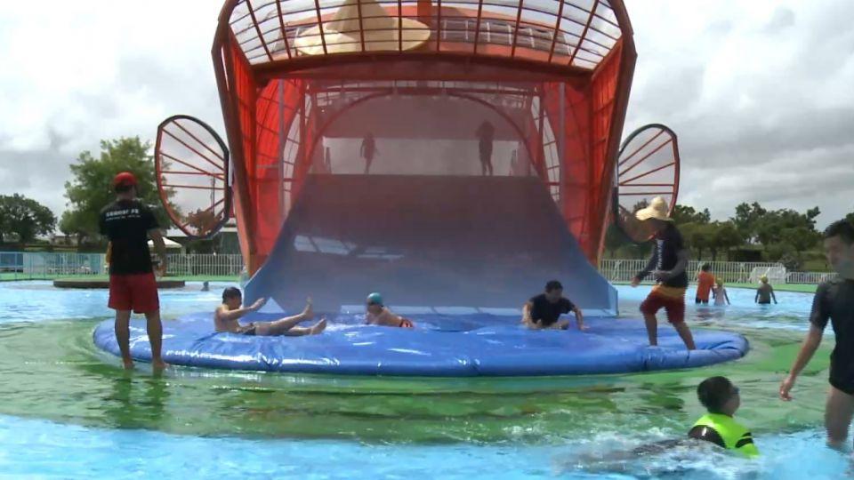 危險!不顧颱風來襲 外國遊客踩衝浪板飆浪