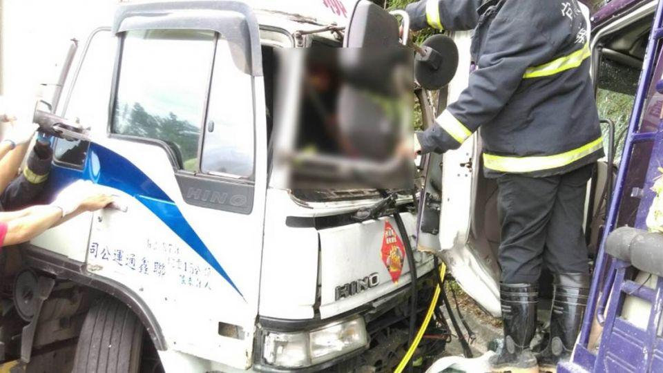蘇花兩貨車相撞!2駕駛受困 1人頭部撕裂傷