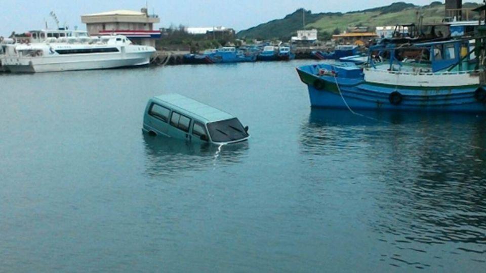 9人巴直衝後壁湖港 駕駛生死一瞬間!