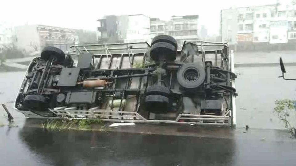 台東17級狂風 8噸貨車翻、19噸石斗車吹出軌