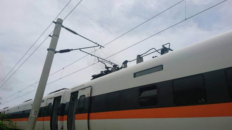 【快訊】東里到東竹間電車線斷!417次太魯閣號動彈不得