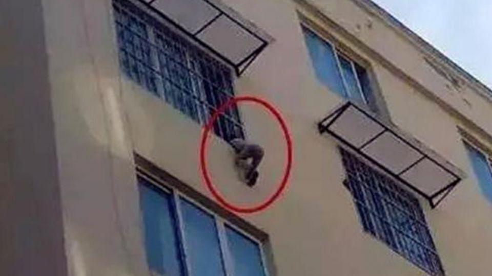 3歲童頭卡鐵窗懸空掛6樓 「托舉哥」救援成功後悄離開